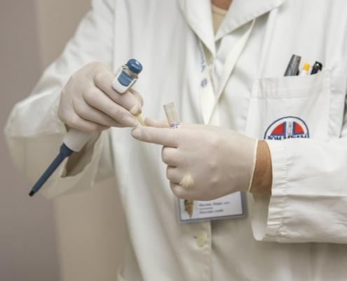 Científico bata blanca laboratorio guantes hombre cromtek