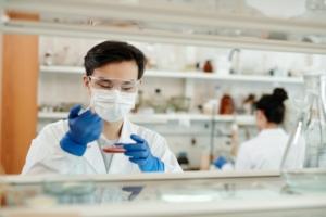 Pipeta de laboratorio científico utilizando pipeta en laboratorio de ciencias