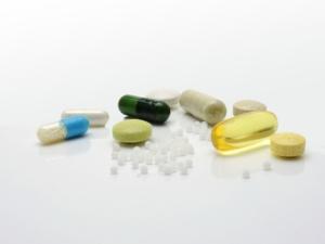 Medicamentos de colores en fondo blanco