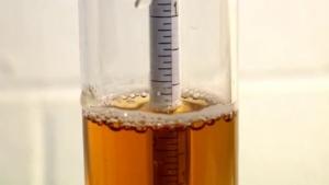 Medición de densidad con densímetro en el laboratorio