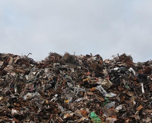 Lixiviación de residuos tóxicos en basurales vertederos basura contaminación